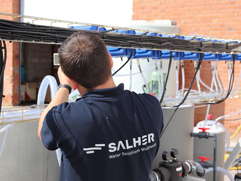 Técnico de Salher realizando un mantenimiento de un tratamiento de aguas